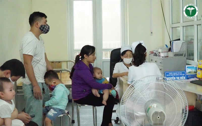 Bác sĩ Nguyễn Thị Hiển, thăm khám bệnh cho trẻ