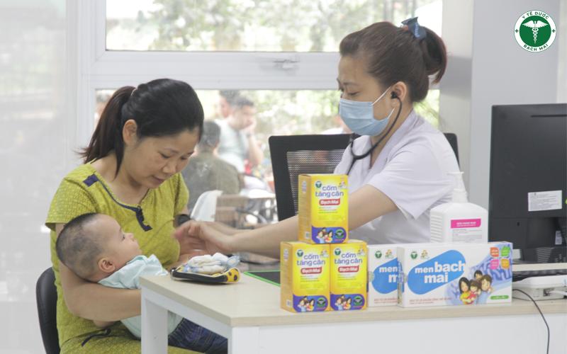 Trẻ tiêm chủng và thăm khám dinh dưỡng