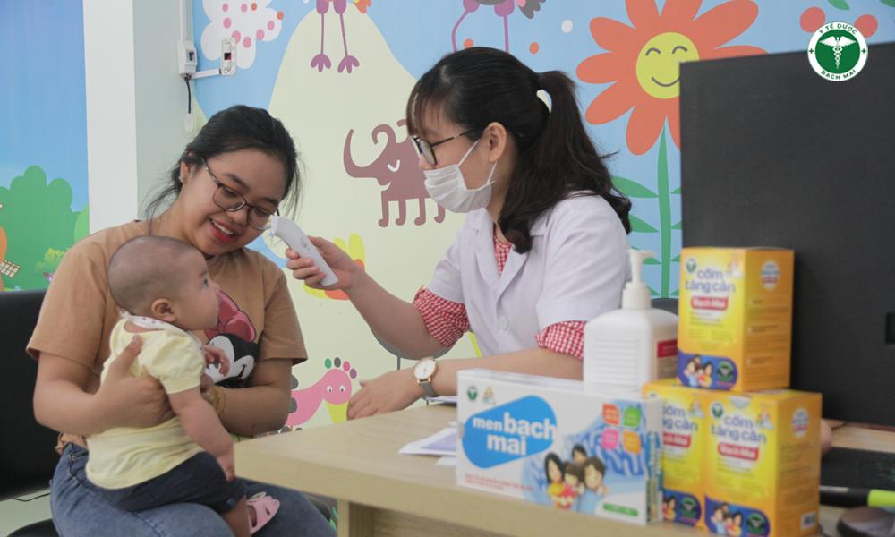 Trẻ khám và tư vấn dinh dưỡng tại trum tâm
