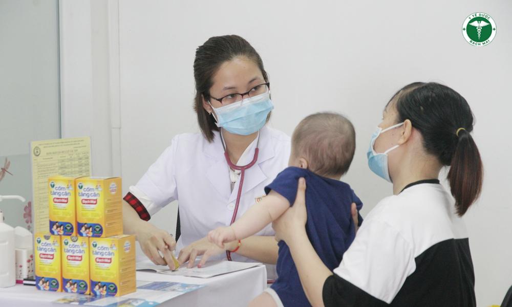 Trẻ đến khám dinh dưỡng tại Trung tâm tiêm chủng và tư vấn dinh dưỡng Đông Anh